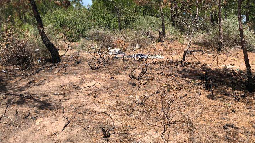 Asentamiento de migrantes en bosque de Branes, quemado por las fuerzas auxiliares.