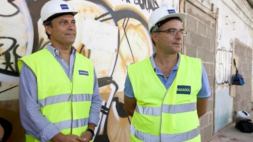 El concejal de Planificación Territorial, Carlos Garcinuño (i), y el director de obra, Humberto Hernández, supervisan los trabajos de demolición /Ramón de la Rocha, Efe