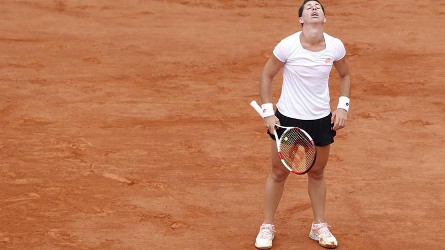 La tenista española Carla Suárez se lamenta tras perder un punto durante el partido de cuartos de final de Roland Garros disputado frente a la canadiense Eugenie Bouchard. EFE/Christophe Karaba