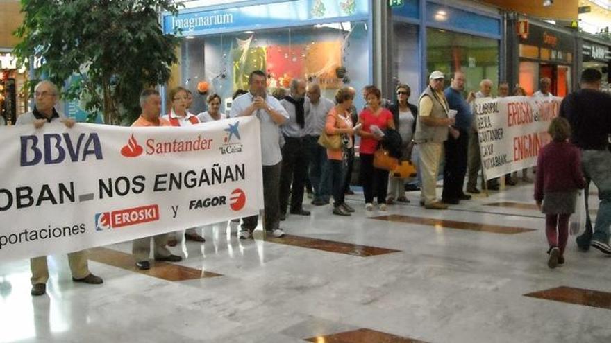 Protesta de afectados por las aportaciones subordinadas.