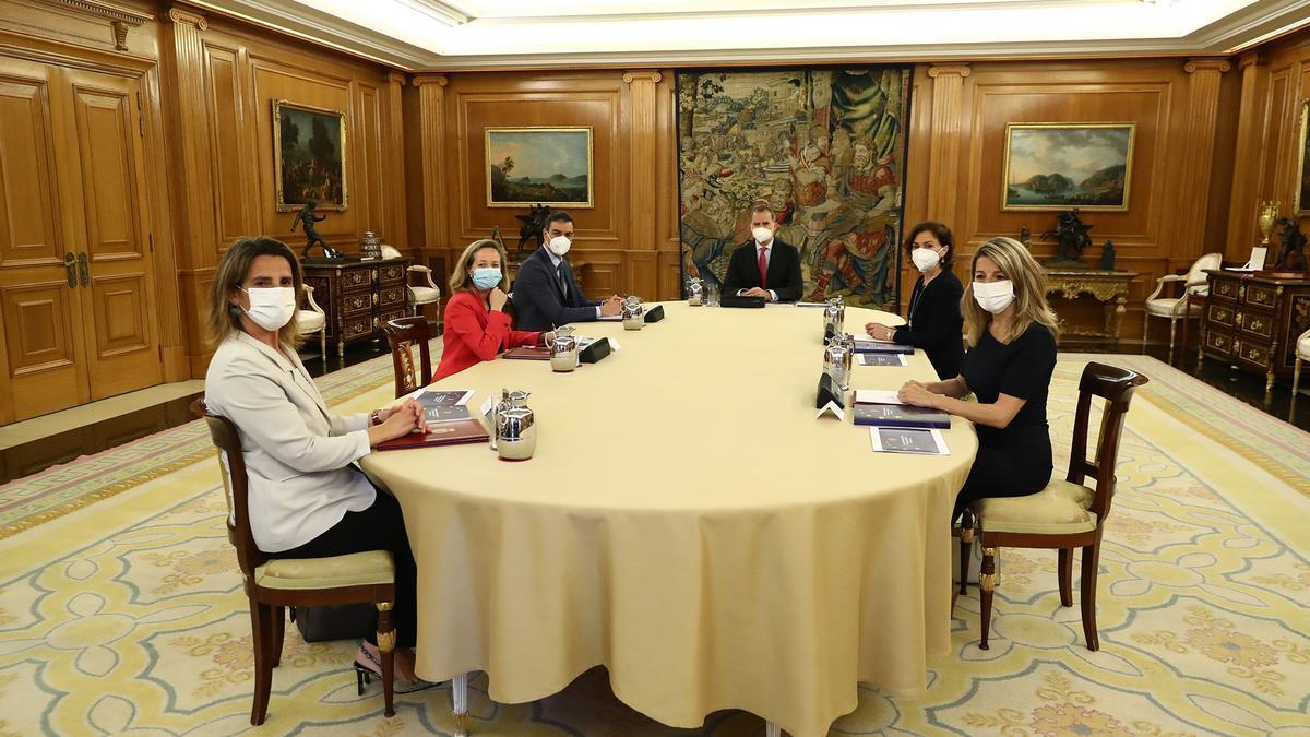 Pedro Sánchez y las cuatro vicepresidentas presentan al rey el plan de transformación y recuperación.