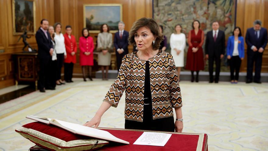 La vicepresidenta primera del Gobierno, ministra de Presidencia, Relaciones con las Cortes y Memoria Democrática, Carmen Calvo promete su cargo ante el Rey Felipe VI