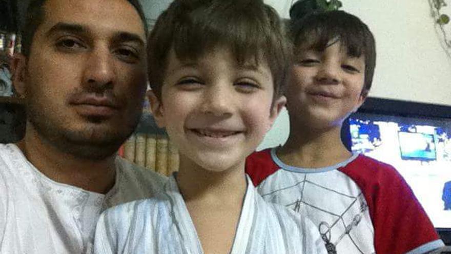 """2.  Mohammed Issam Zaghloul. Es abogado y defensor de derechos humanos en el barrio de al-Midan, en Damasco. Fue detenido por primera vez el 23 de agosto de 2011 después de dirigir una protesta pacífica para pedir la liberación de todos los presos detenidos arbitrariamente en Siria. Para su liberación se vio obligado a firmar una declaración diciendo que no volvería a ser activo en las protestas ni a """"instigar al público contra el gobierno"""" de nuevo. Sin embargo, el 10 de octubre de 2012, fue secuestrado por un grupo de hombres afines al gobierno. Después de su secuestro, fue capaz de ponerse en contacto con su esposa, Maiss, para informarle de lo que había sucedido. Cuando la familia se negó a pagar el dinero del rescate, fue trasladado a otro centro en Damasco. Desde entonces, su familia no ha tenido información sobre su paradero. © Particular"""