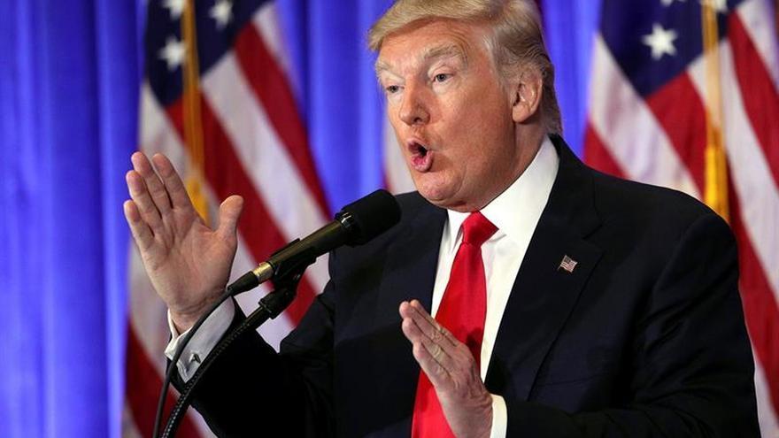 """Trump dice que sustituirá el programa """"Obamacare"""" con un plan casi simultáneo"""