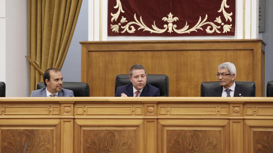 Emiliano García-Page junto al presidente de las Cortes regionales, Pablo Bellido (izq.) y el presidente del Consejo Consultivo, Joaquín Garrido