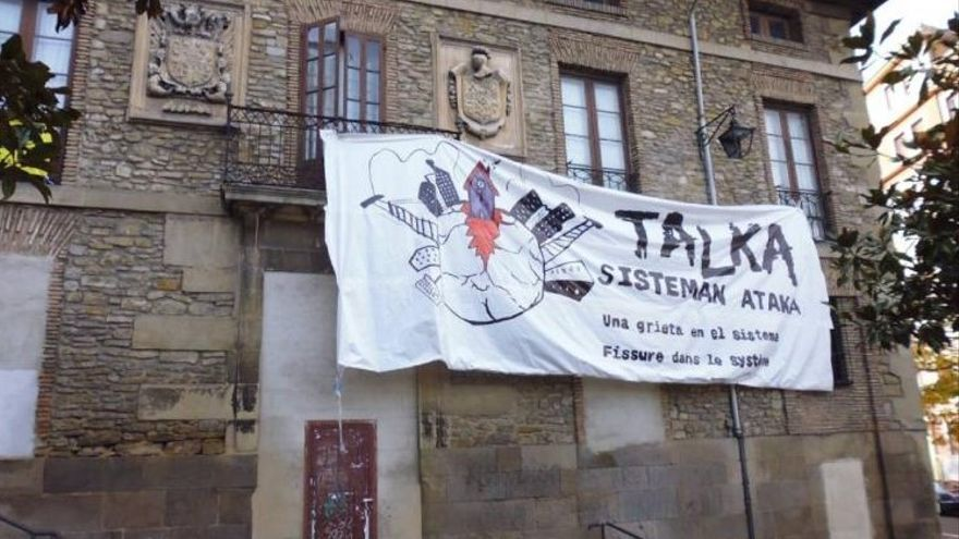 Pancarta colocada el día de la 'okupación' que alguien ha retirado