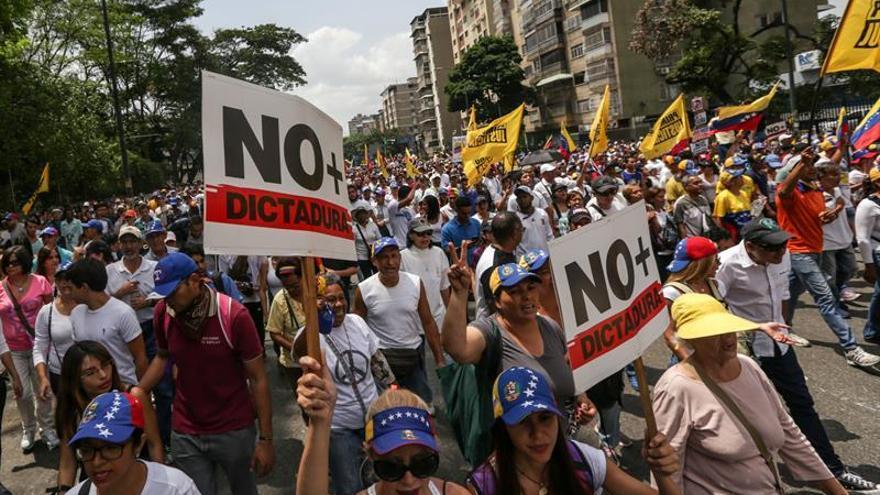 Fuerzas de seguridad dispersan de nuevo concentraciones opositoras en Caracas