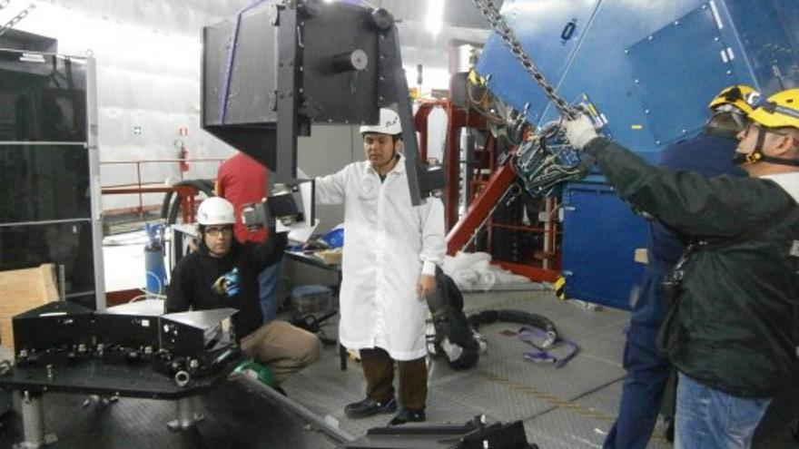 Ingenieros del IAC y de GTC instalan el Hors en una de las plataformas Nasmyth del GTC. Créditos: Carlos Allende (IAC).