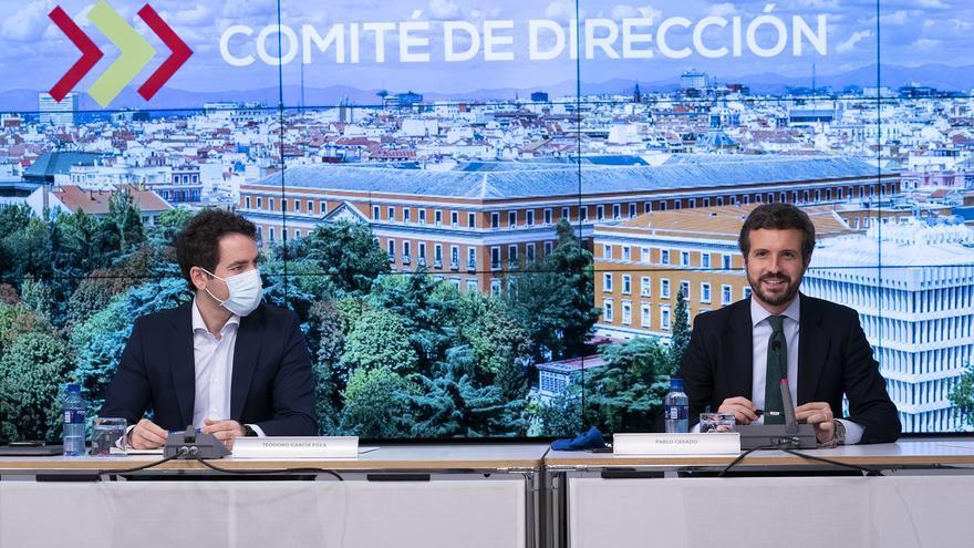 El secretario de Organización del PP, Teodoro García Egea (i) y el  presidente del Partido Popular, Pablo Casado (d) que preside la reunión del Comité de Dirección del PP en la sede de Génova, a 11 de mayo de 2021, en Madrid, (España).