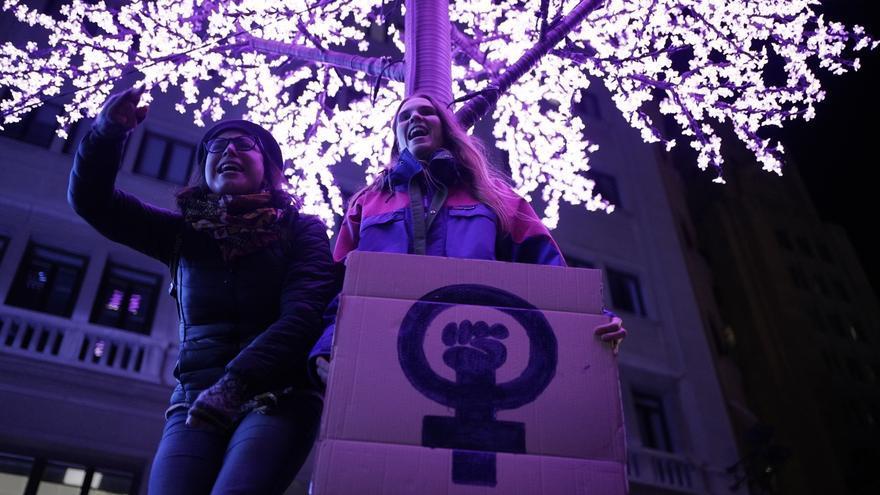 Pancartas contra la violencia machista portada por una de las manifestantes de este 25N en Madrid.