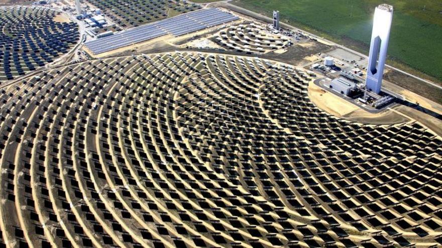 Vista aérea de la Plataforma Solar de Abengoa en Sanlúcar La Mayor, Sevilla. (EFE)