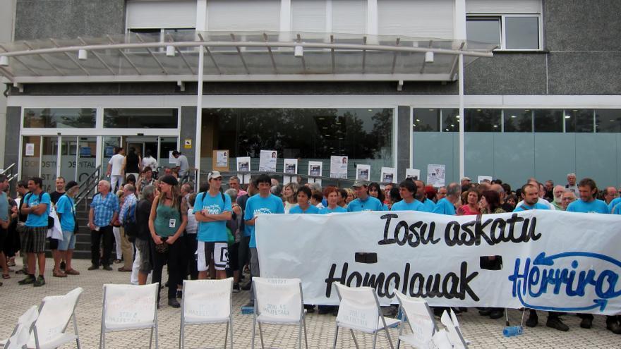 Un franciscano, junto a grupos de ciudadanos, lidera una marcha por San Sebastián en apoyo a los presos enfermos