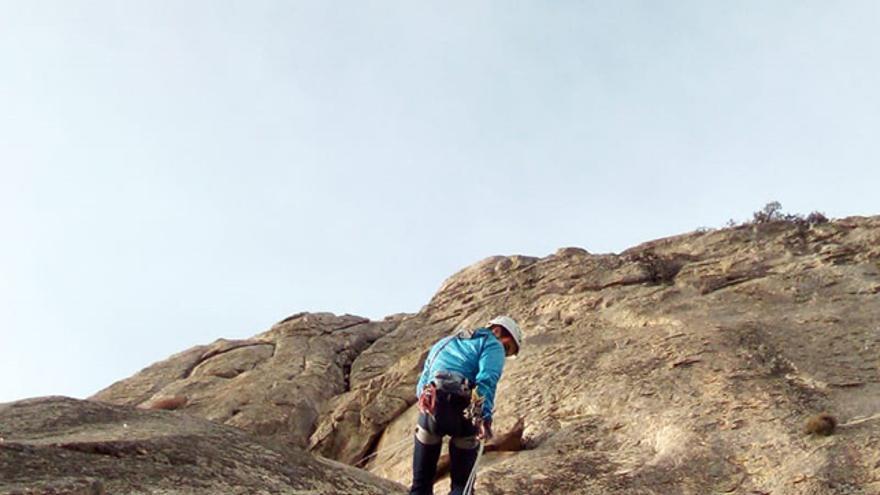 Rapelando hasta el pie de la vía Ezequiel para comenzar a escalarla.