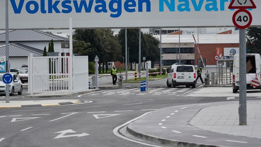 Archivo - Vista de la puerta principal de la fábrica de Volkswagen Navara.