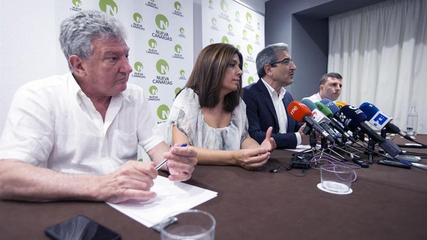 De izquierda a derecha, Pedro Quevedo, Carmen Hernández (vicepresidenta de Nueva Canarias), Román Rodríguez y Alejandro Jorge (presidente de NC en Fuerteventura).