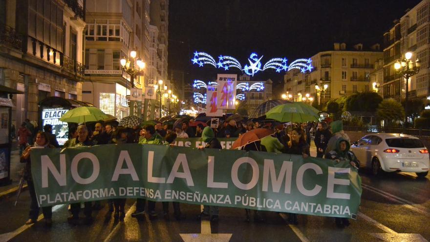 La marcha, que ha transcurrido por Santander,ha sido convocada por la Plataforma en Defensa de la Educación Pública.   Rubén Vivar