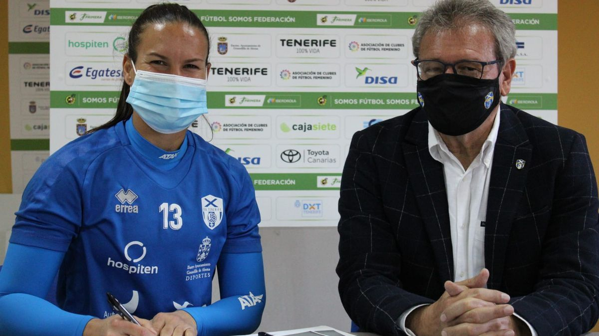 Aline Reis, en la firma de su nuevo contrato
