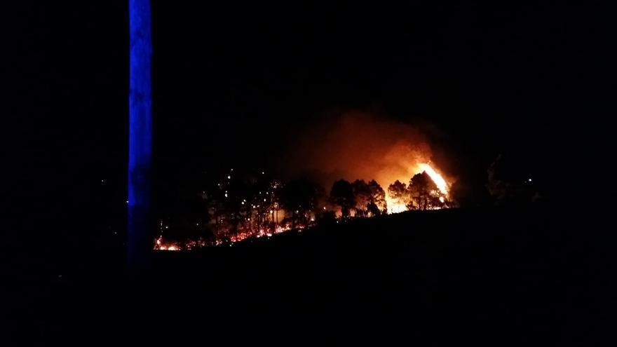 El fuego avanza  durante la noche por los montes de Garafía.