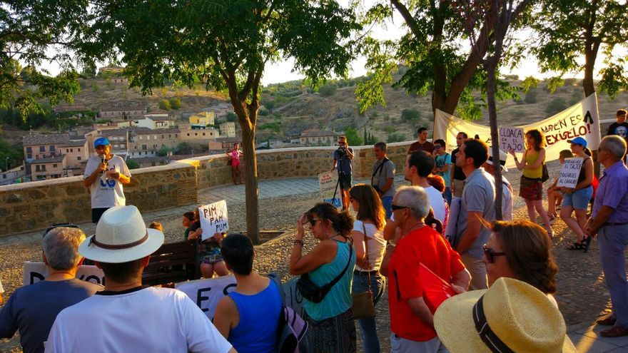 Concentración por el Tajo en Toledo en agosto