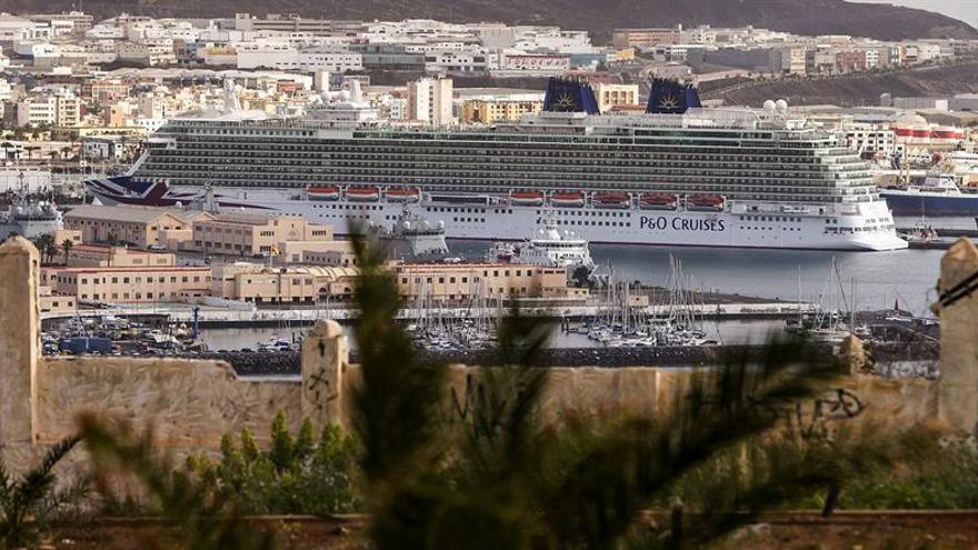 El crucero Britannia en el puerto de La Luz y de Las Palmas. Foto: EFE/Ángel Medina G