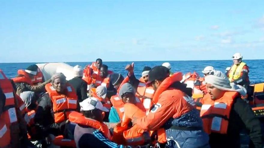 Dos barcos con 49 inmigrantes a bordo piden una solución urgente a Europa