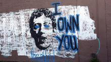 """Grafiti con la cara de Mark Zuckerberg y la frase: """"Eres mío""""."""