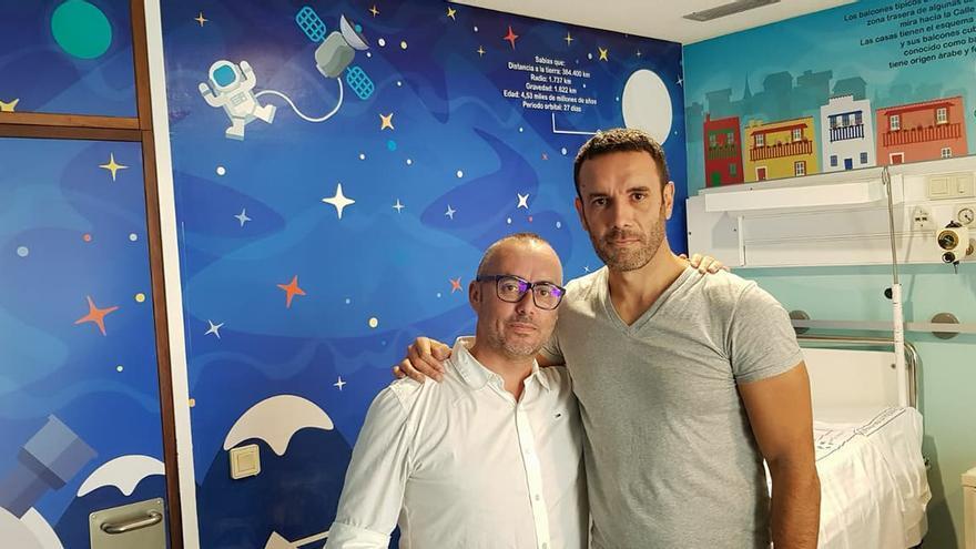 Raúl Ramos (i) y David Martín en la habitación decorada.