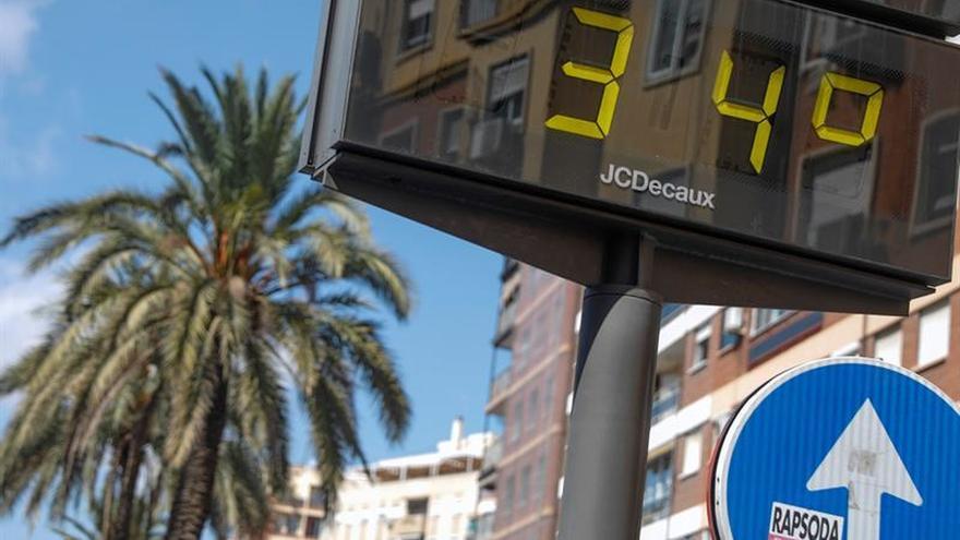 Un termómetro en una ciudad de la costa mediterránea.