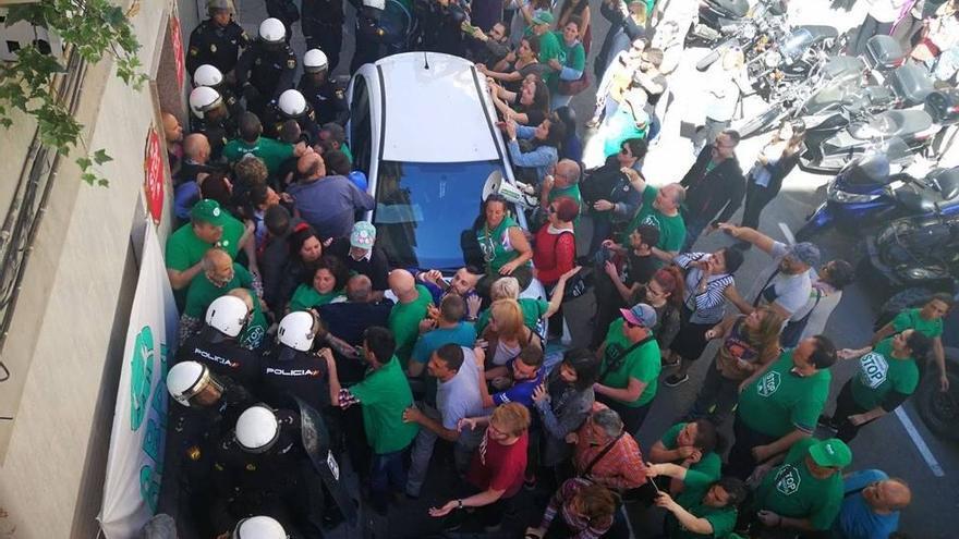 Agentes de policía y miembros de la PAH durante el desahucio