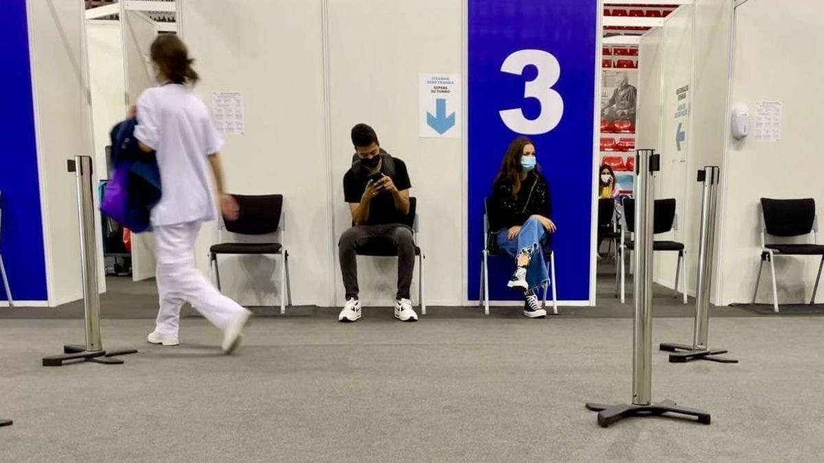 Jóvenes esperan su turno de vacunación en el ya cerrado centro de La Casilla, en Bilbao