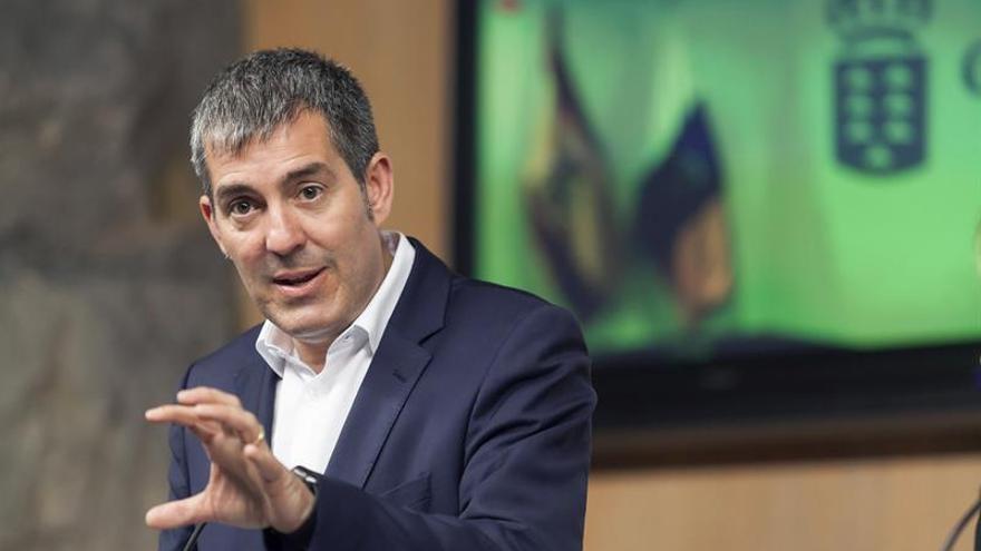 El presidente del Gobierno de Canarias, Fernando Clavijo, durante la rueda de prensa que ofreció hoy en Santa Cruz de Tenerife tras la reunión que mantuvo el Consejo de Gobierno.EFE/Ramón de la Rocha