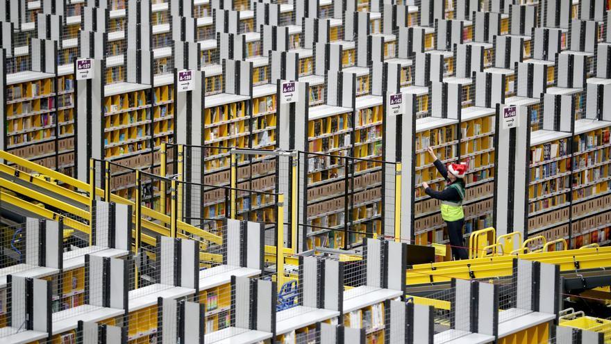 Un trabajador en el centro logístico de Amazon en la localidad británica de Dunfermline.