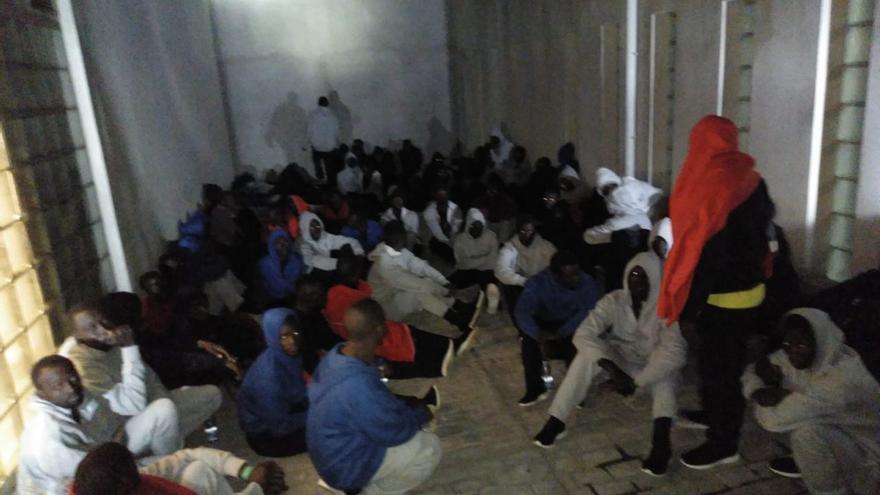 Personas recién llegadas a las costas andaluzas en patera, retenidas en la comisaría de Algeciras.