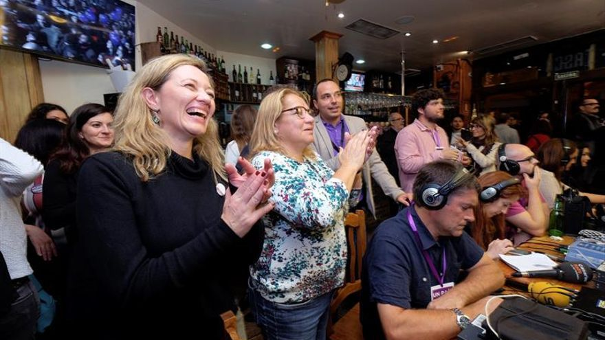 Victoria Rosell y Meri Pita, celebrando los resultados de las elecciones