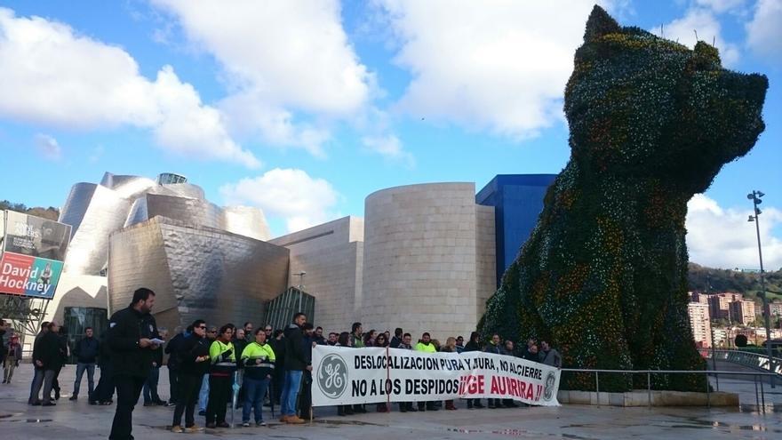 """Los trabajadores de GE Ortuella se concentran ante el Museo Guggenheim de Bilbao para exigir que """"se salve la planta"""""""