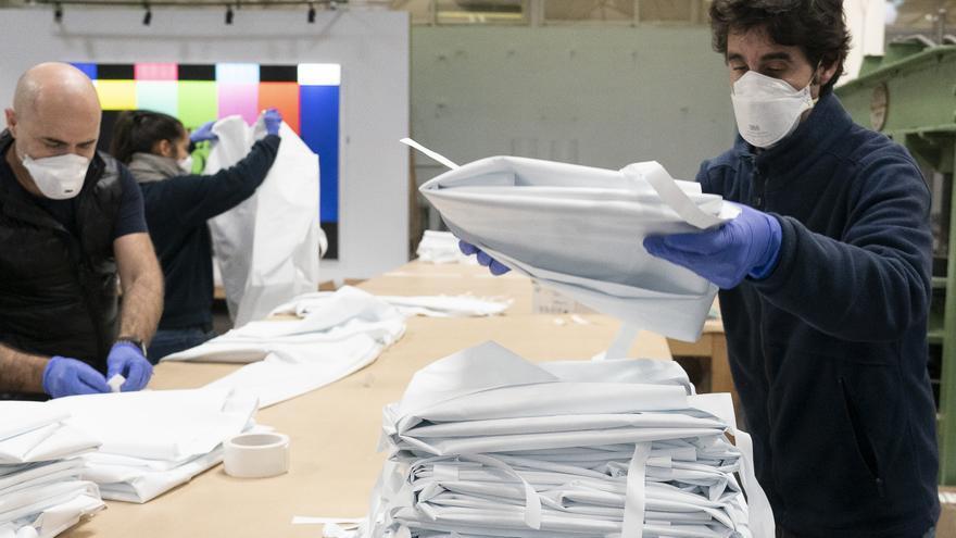 Archivo - Varios operarios manejan material en una empresa vizcaína