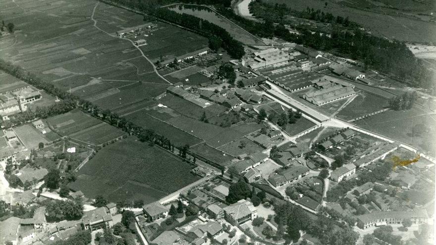 Vista aérea de las fábricas de Las Forjas de Buelna. | Archivo Paulino Lagunillo/ Desmemoriados