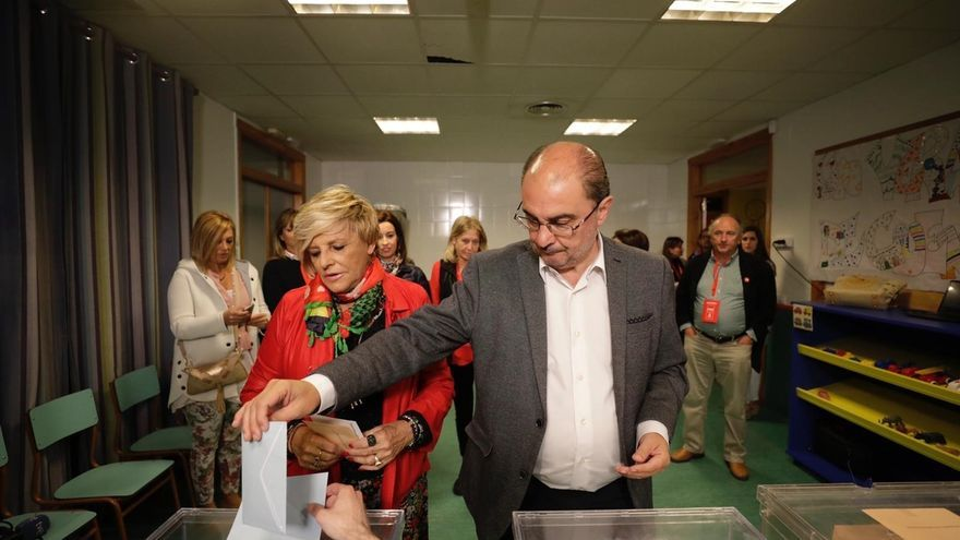 """Lambán asegura, tras ejercer el """"sagrado derecho al voto"""", que """"es mucho lo que está en juego"""""""