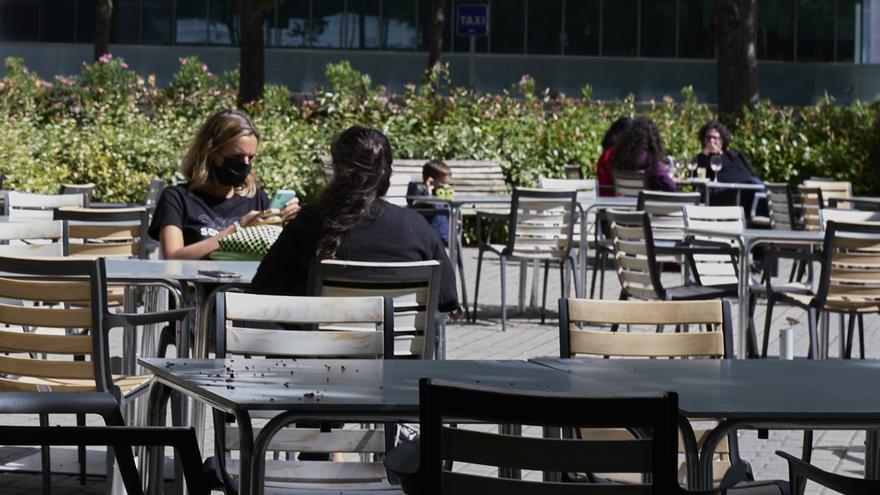 Varias personas sentadas en una terraza en Madrid.