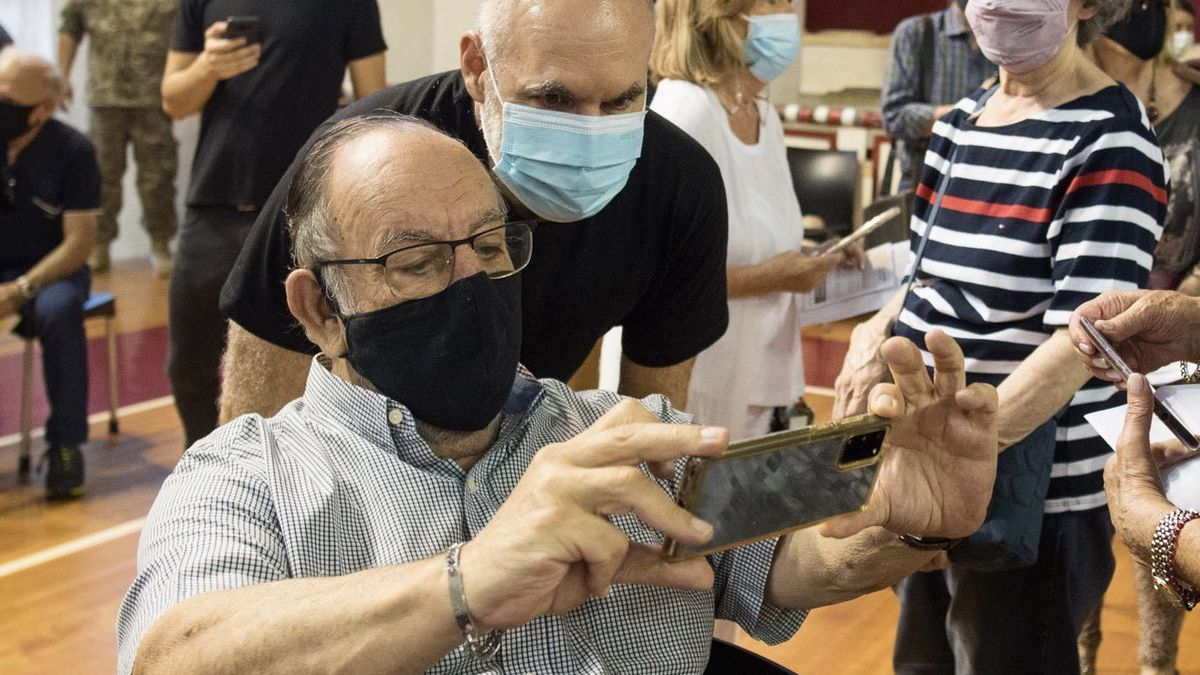 El alcalde porteño, durante una jornada de vacunación en la sede de River Plate