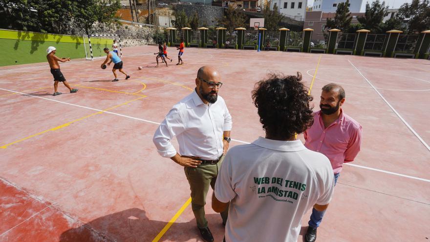 El concejal de Nuevas Tecnologías y Deportes, Aridany Romero, junto a las instalaciones deportivas de Mata