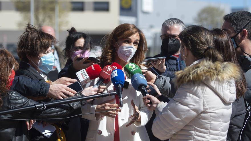 La líder regional de Más Madrid, Mónica García, ofrece declaraciones a los medios durante su visita al PAU de Vallecas