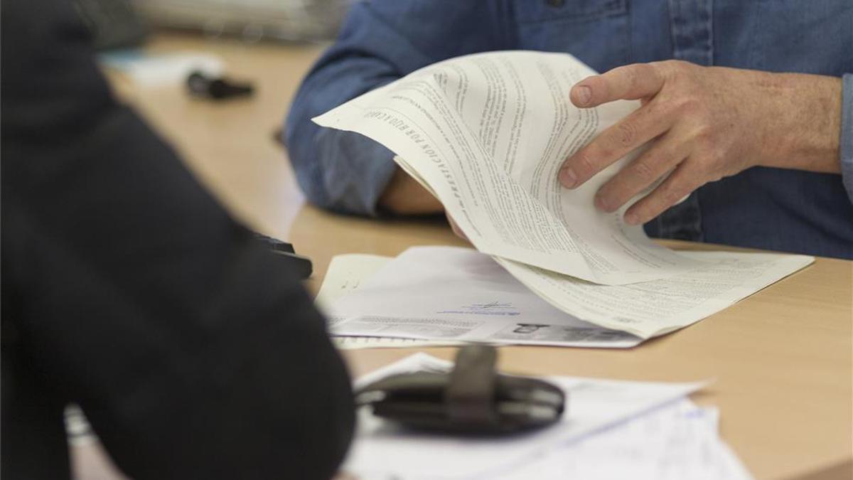 Un trabajador social revisa documentación.