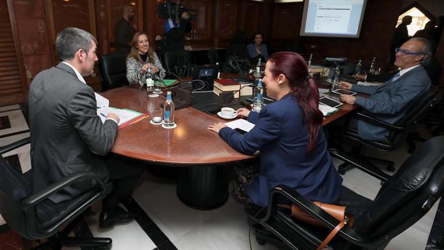 El presidente y la vicepresidenta del Gobierno de Canarias, Fernando Clavijo (i), y Patricia Hernández (2d), y los consejeros de Hacienda, Rosa Dávila (2i), y de Sanidad, Jesús Morera (d), conversan momentos antes de comenzar la reunión del Consejo de Gobierno