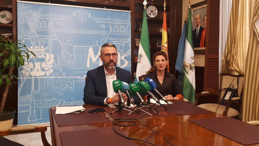 El alcalde Juan Carlos Maldonado y la edil María del Carmen Carmona, en rueda de prensa | N.C.
