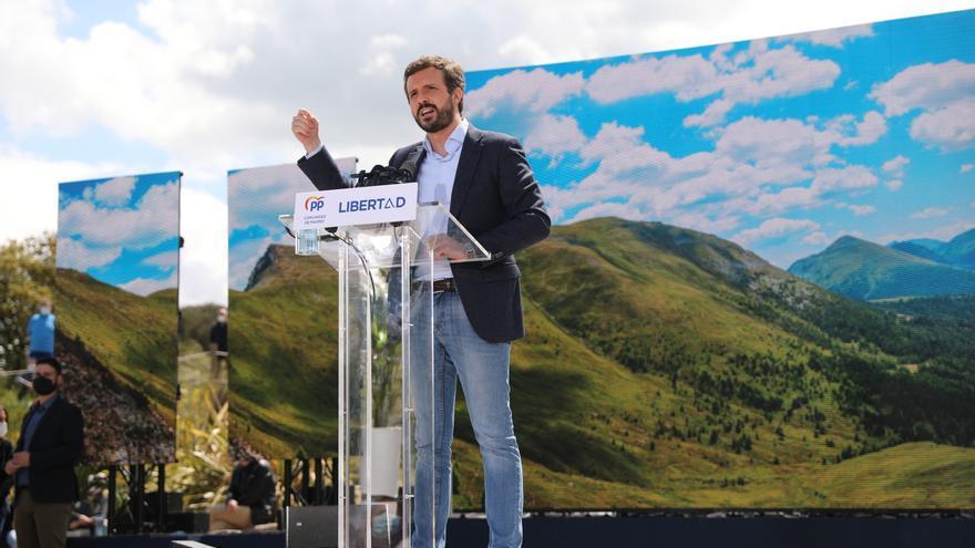 El presidente del PP, Pablo Casado, durante un acto electoral en el Gran Parque Felipe VI de Majadahonda, a 1 de mayo de 2021, en Majadahonda, Madrid (España).