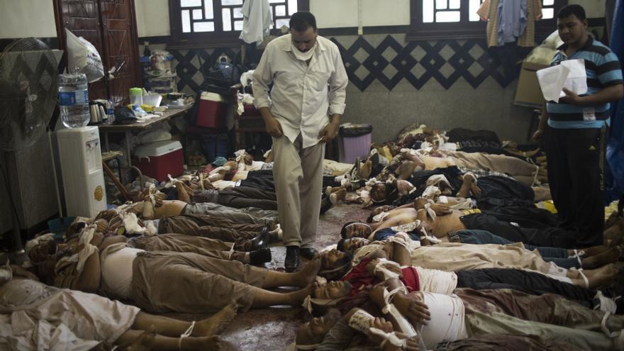Cadáveres de seguidores del depuesto presidente egipcio Mohamed Mosri en El Cairo (Egipto), tras los enfrentamientos con la policía el 14 de agosto de 2013. / Manu Brabo / AP / Gtresonline