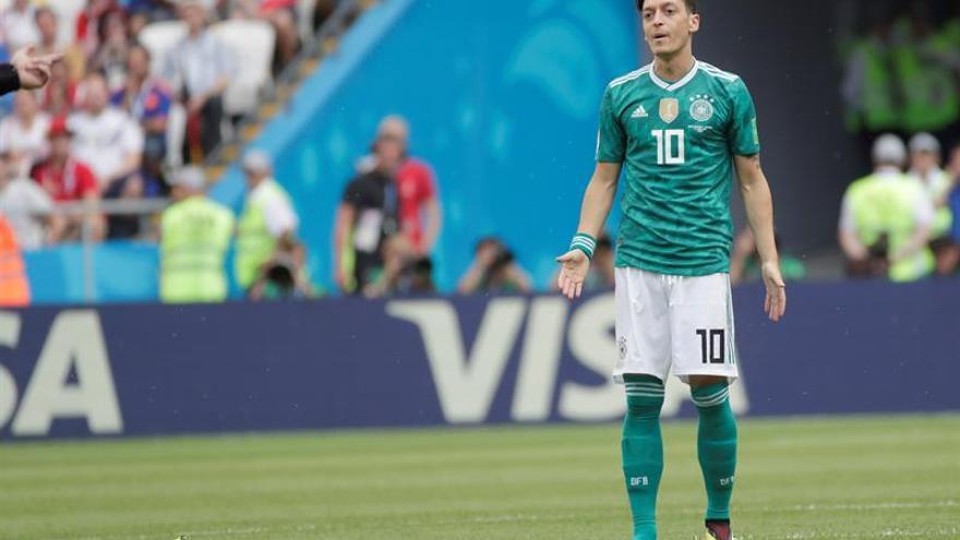 Miles de alemanes de origen extranjero se sienten como Özil