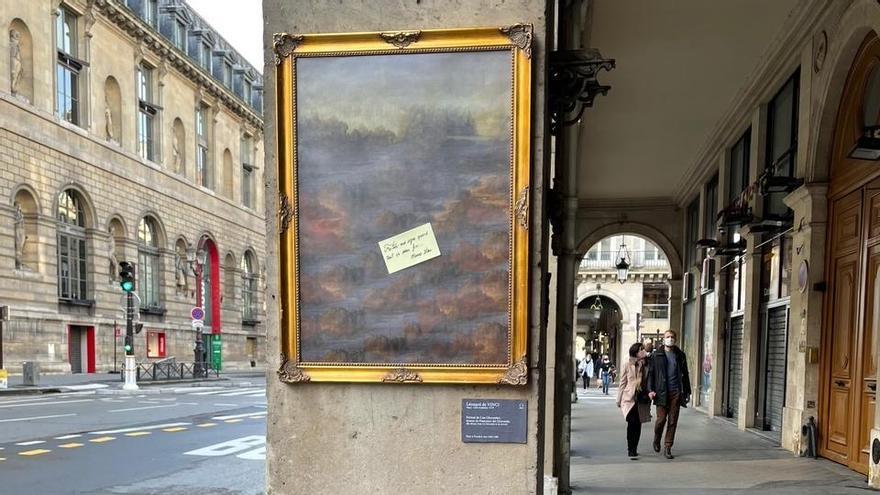 """Obra del artista callejero TooLate en el que la Gioconda ha desaparecido del cuadro dejando el siguiente mensaje: """"Avísame cuando todo esto termine. Firmado: Mona Lisa"""""""