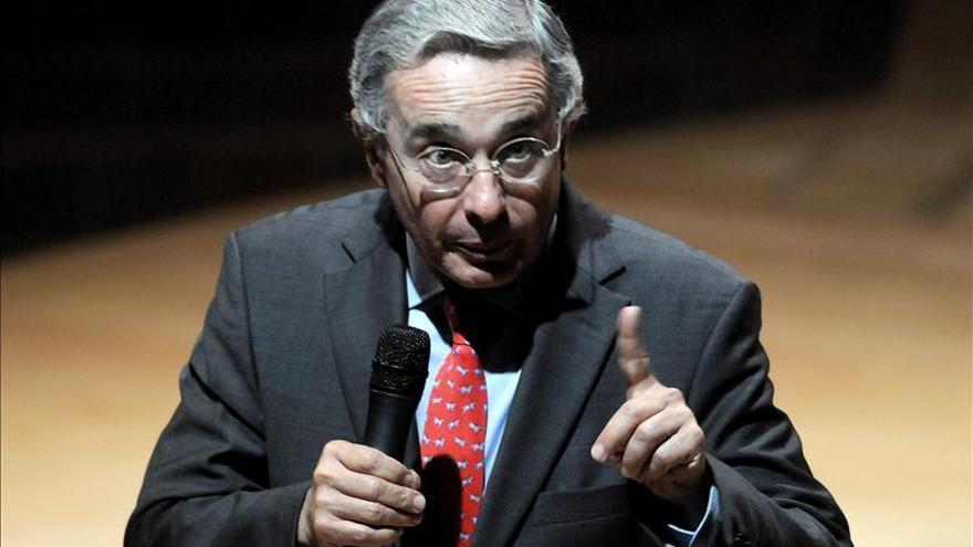 Uribe descarta pedir la suspensión de los diálogos con las FARC tras la amenaza de atentado